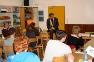 Der Architekt, Prof. Kesseler, in der Diskussion mit den Delegierten.